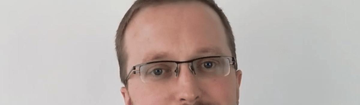 """Sebastian Pontus – wychowawca, koordynator zajęć pozalekcyjnych, koordynator ds. innowacji w Stowarzyszeniu """"Węgielek""""."""